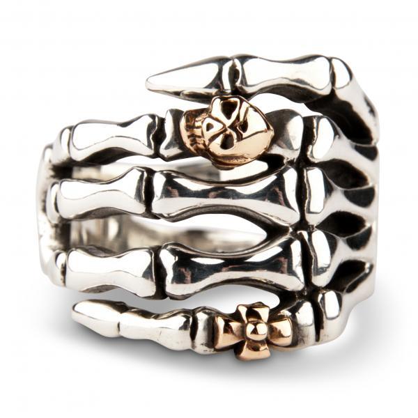 Skelett-Hand mit Biker-Ringen