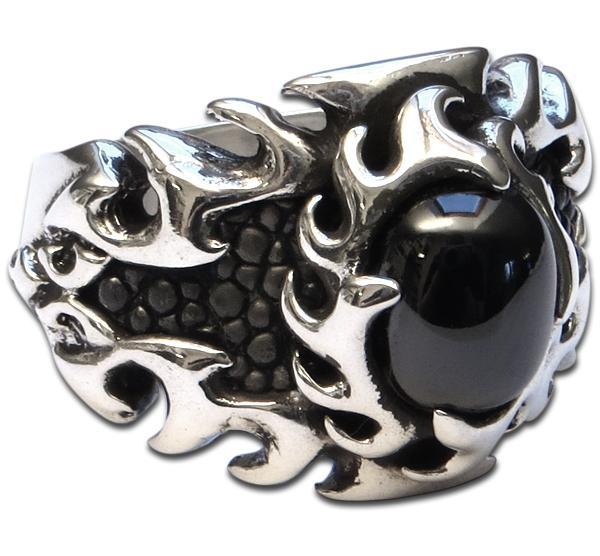 Drachenfeuer Ring mit schwarzem Stein und Stachelrochenleder